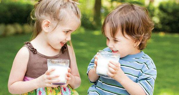 เด็กดื่มนม1