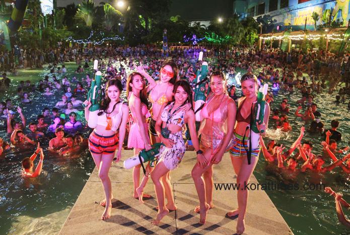 สุดแซบ!! พูลปาร์ตี้ใหญ่สุดในอีสาน สนุกสุดเหวี่ยงสงกรานต์เดอะมอลล์ โคราช (ภาพชุด)
