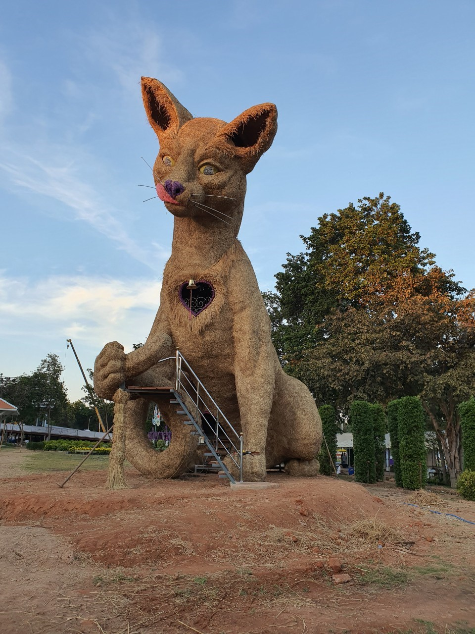 ใหม่กิ๊ก!  หุ่นฟางแมวสีสวาดสูงกว่า 10 เมตร ตั้งเด่นเป็นสง่าชวนไปเซลฟี่กัน