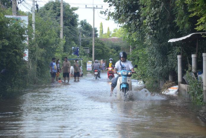 โคราชจมน้ำ 100 หลังคา!  ลำตะคองขยายท่วมพื้นที่เขตเมืองเตือน 6 ชุมชนอพยพหนีน้ำ