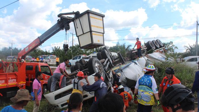ล้อชี้ฟ้า! รถพ่วงบรรทุกแป้งมัน เสียหลักข้ามเลนตกถนน กระบะชนกลางลำบาดเจ็บสาหัส 4 ราย