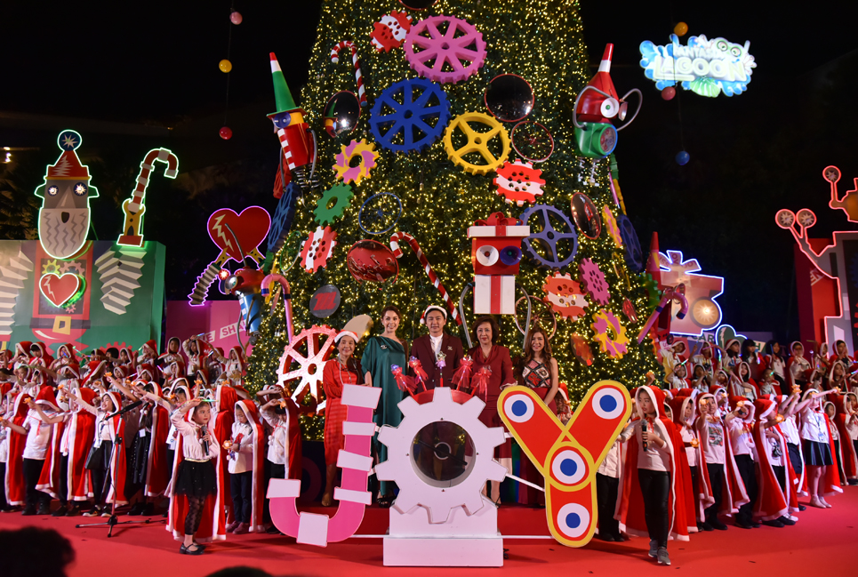 อลังการมาก!เดอะมอลล์ เปิดไฟต้นคริสต์มาสโรบอทยักษ์สูงกว่า 20 ม.สร้างความสุขผ่านเสียงเพลงส่งท้ายปีเก่าต้อนรับปีใหม่
