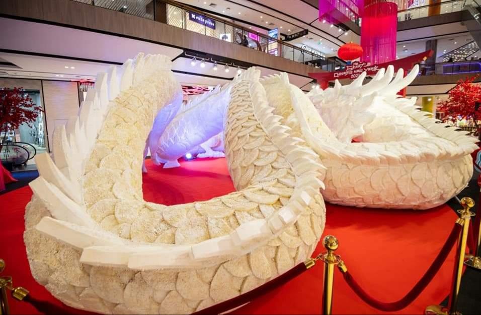 ไอเดียบรรเจิด! ประติมากรรมมังกรเกลือแห่งแรกในไทยใช้เกลือ 160 กก. ฉลองงานตรุษจีนโคราช (ชมคลิป)